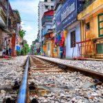 V Hanoi jazdia vlaky takmer cez obývačku